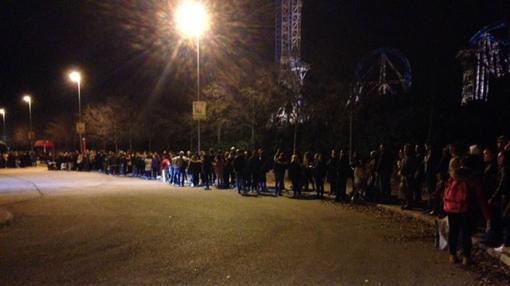 Decenas de usuarios esperando al autobús al cierre de la instalación, el 12 de diciembre de 2015