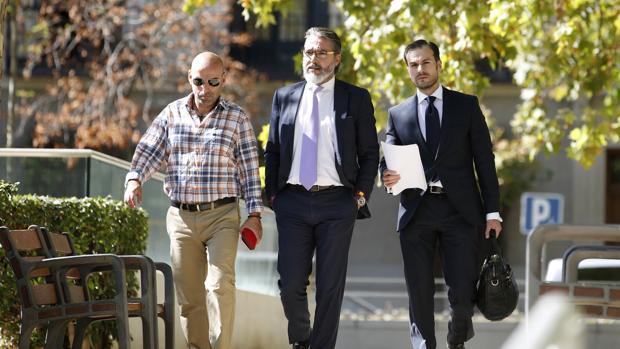 El alcalde de Brunete, Borja Gutiérrez, (centro) llegando a declarar a la Audiencia Nacional