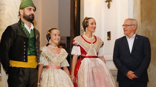 Imagen de las Falleras con el concejal Pere Fuset y el alcalde Joan Ribó