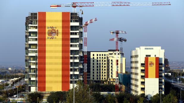 Los dos edificio con la bandera de España, en Valdebebas