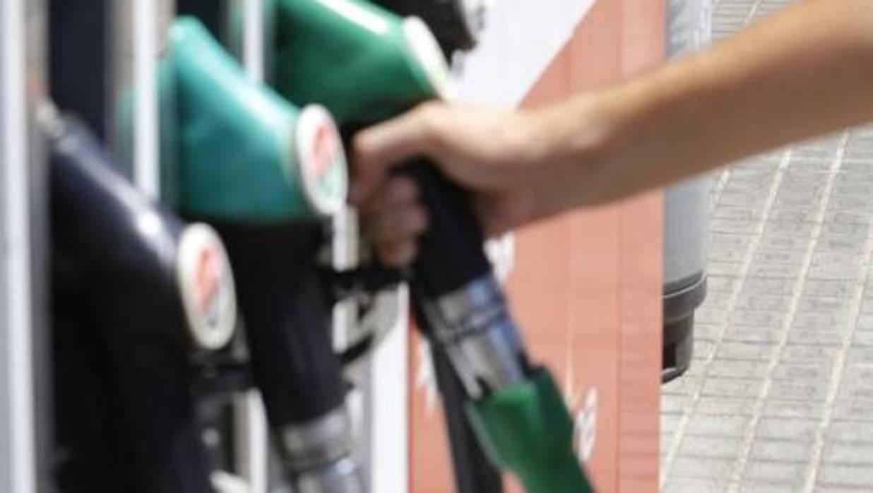 Dos trabajadores valencianos heridos por una deflagración en una gasolinera de Cádiz