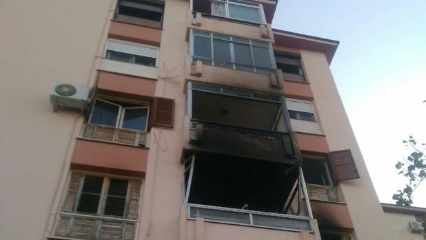 Estado en que ha quedado la fachada del edficio de Alicante donde se ha producido el incendio