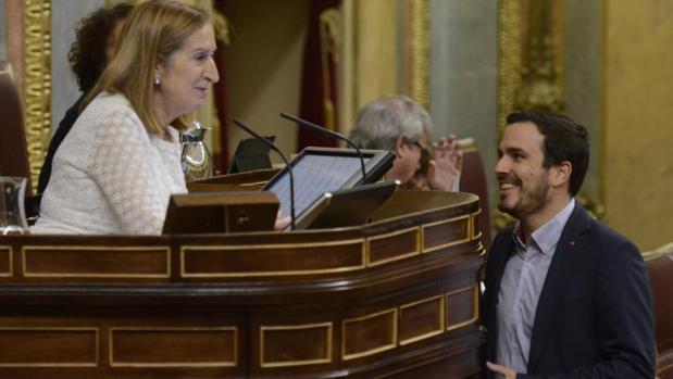 Ana Pastor y Alberto Garzón, ayer en el Congreso
