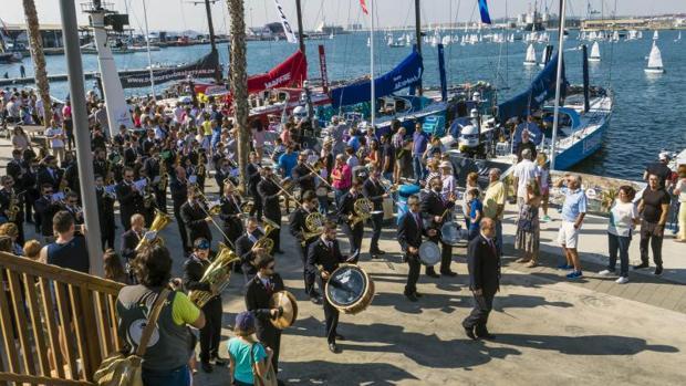 Música y ambiente en la zona del Village de la Volvo Ocean Race de Alicante