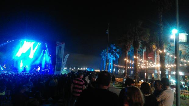 Momento de la actuación de Ferreiro con el Auditorio Alfredo Kraus de la capital grancanaria iluminado