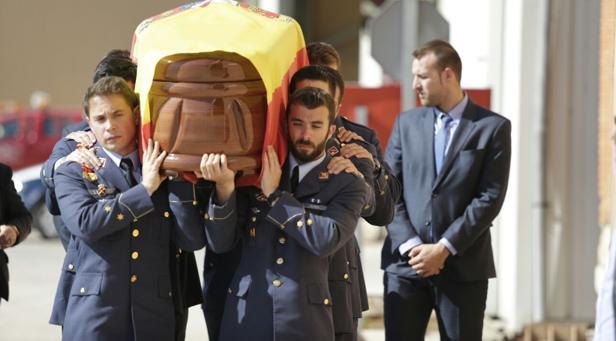 Los compañeros del capitán Aybar trasportan el ataúd con sus restos mortales