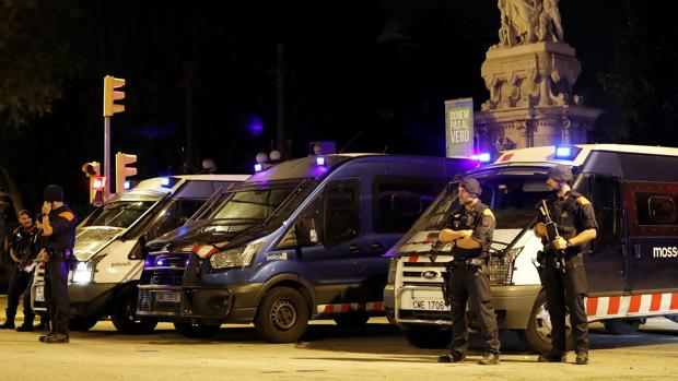 Agentes de la Policía Nacional y de los Mossos d'Esquadra
