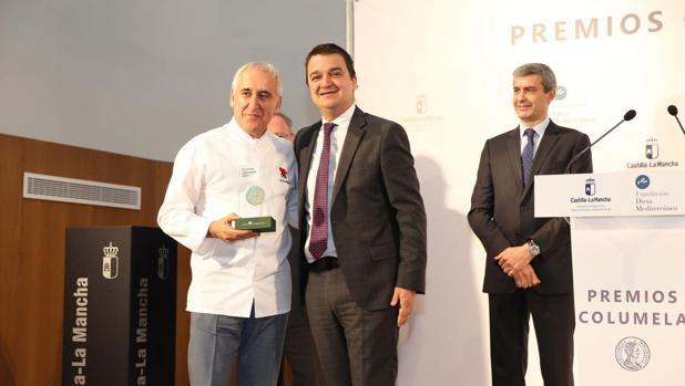 Adolfo Muñoz recibió el galardón de manos del consejero de Agricultura