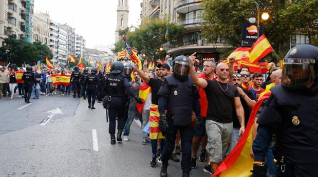 Policiías intervienen para frenar las agresiones durante el 9 d'Octubre en Valencia
