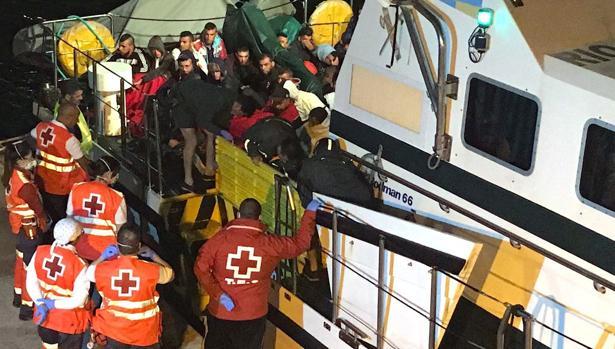 Cruz Roja asiste en Cartagena a los ocupantes de pateras rescatadas por Salvamento Marítimo