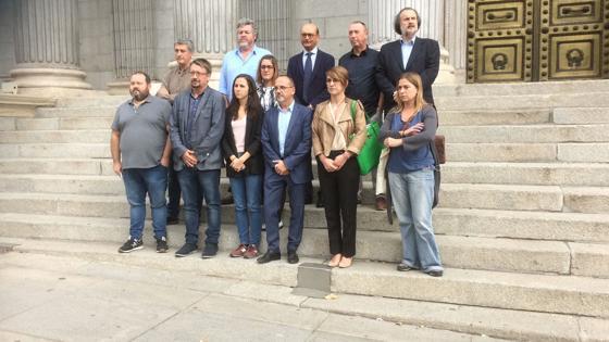 Pdecat, en Comú, Compromis, Bildu y PNV protestando en la puerta de los leones por la detención de Cuixart y Sànchez