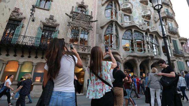 Decenas de turistas, contemplando este mes la Casa Batlló de Barcelona