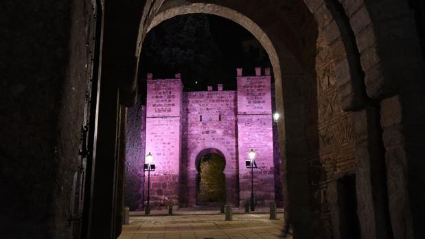 El Baño de la Cava y el torreón de Alcántara, de rosa en el Día contra el Cáncer de Mama