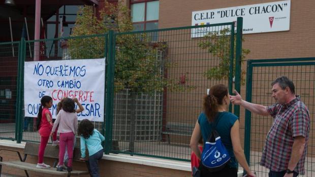 En el colegio de Rivas, el Dulce Chacón, recogen firmas para evitar la sanción al equipo directivo y el cambio de conserje