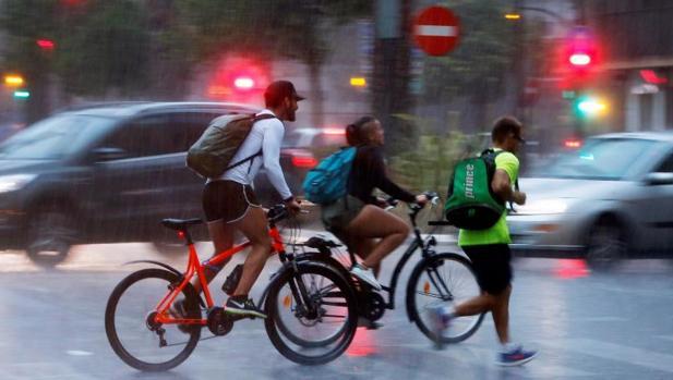 Varias personas en Valencia mientras caía la tormenta acompañada por actividad eléctrica, este martes