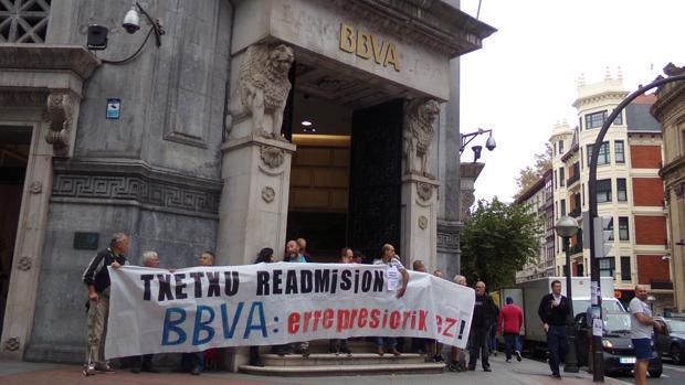 La concentración ha tenido lugar en la sede del BBVA de Bilbao