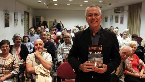 El autor ante el numeroso público que asistió al acto