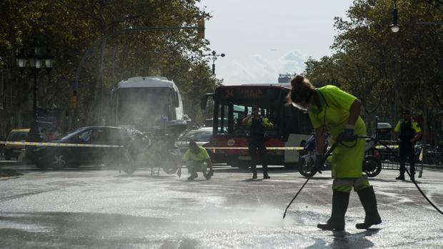 Limpieza ayer en el centro de Barcelona tras la manifestación
