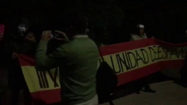 Imagen del escrache ante el domicilio de Mónica Oltra