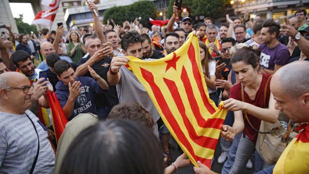 Un grupo de personas observa una bandera estelada en la manifestación del pasado 9 de octubre en Valencia