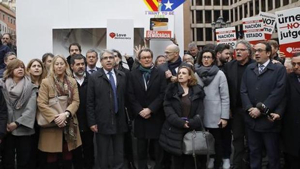 Manifestantes y políticos soberanistas acompañan a Homs a su llegada al Tribunal Supremo, el pasado febrero