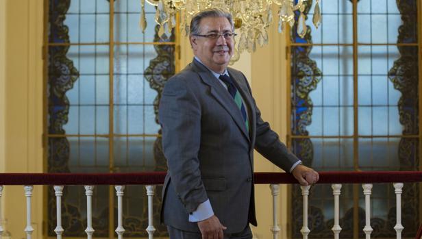 El ministro del interior traslada su apoyo a m nica oltra for Zoido ministro del interior