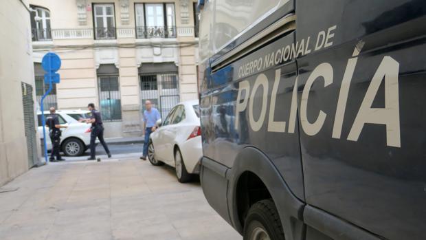 Imagen de archivo de una dotación de la Policía Nacional en Alicante