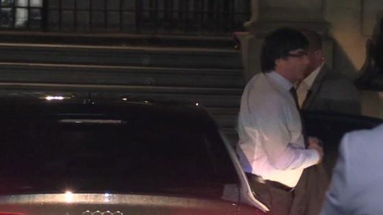 El presidente de la Generalitat, Carles Puigdemont, a su llegada al Palau de la Generalitat esta mañana