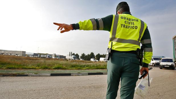 Los agentes de la Guardia Civil consiguieron parar al camión tras cinco kilómetros en los que el conductor no atendió a las señales luminosas