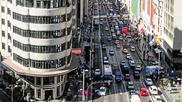Estado actual de la Gran Vía, que ganará los carriles de bus-taxi para las aceras