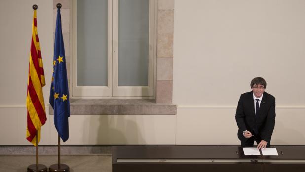 Puigdemont, en el momento de firmar la declaración unilateral de independencia, suspendida después