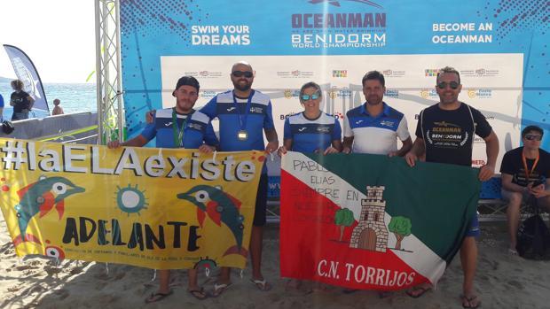 Nadadores de Torrijos, entre ellos Rebeca Santos, se fotografían con una bandera de su pueblo y un mensaje: «Pablo Elías, siempre en nuestro corazón»