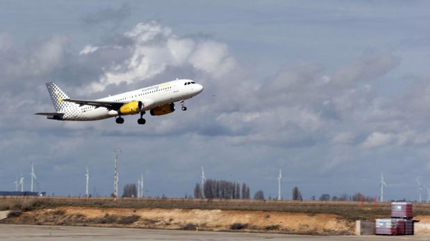 Un avión despega desde el aeropuerto de Villanubla (Valladolid), en una imagen de archivo