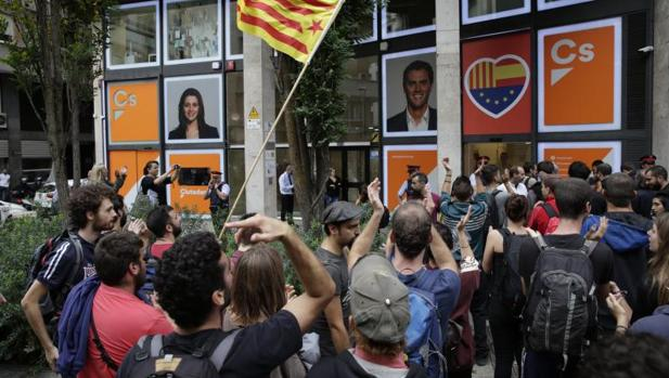Miembros de Arran, organización juvenil vinculada a la CUP, rodean la sede de Cs en Barcelona
