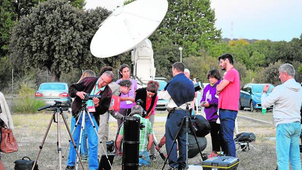 Un grupo de profesores de centros escolares e institutos madrileños recibiendo clases en la Agencia Espacial Europea