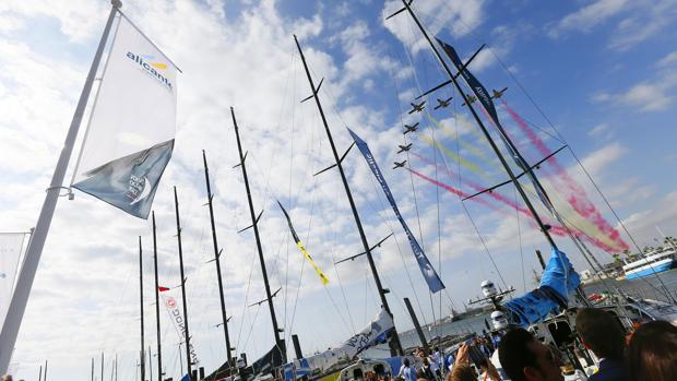 La patrulla Águila pasa por encima de los siete barcos, entre ellos el español Mapfre, momentos antes de tomar hoy la salida de la Vuelta al Mundo a Vela (Volvo Ocean Race)