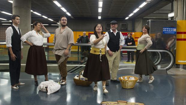 Un grupo de actores de la compañía Expresión, de Orihuela, recitando poemas de Miguel Hernández en el Metro de Madrid