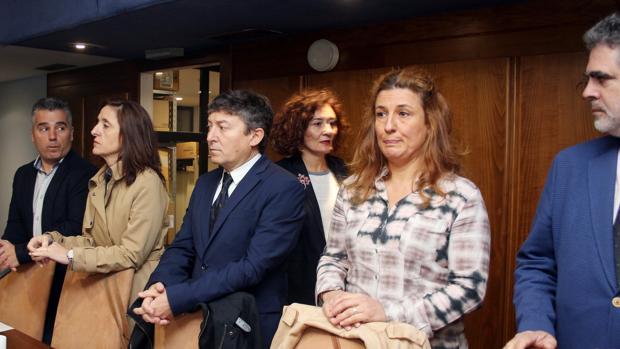 La alcaldesa de Ponferrada, Gloria Fernández (3D), pasa por detrás de los concejales de Use-Bierzo, antiguos miembros del gobierno del bipartito encabezados por Samuel Folgueral (C),