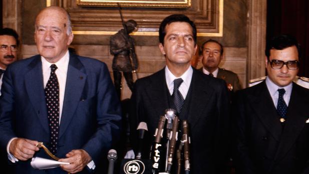 Adolfo Suárez y Rodolfo Martín Villa acompañan a Josep Tarradellas en su toma de posesión como presidente de la Generalidad