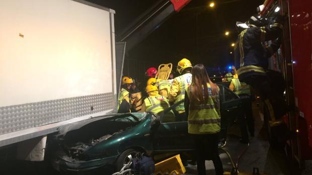 El vehículo ha quedado atrapado tras un camión tras colisionar con el mismo