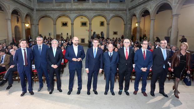 Feijóo, entre Martiño Noriega y Marcelino Oreja, junto al resto de autoridades