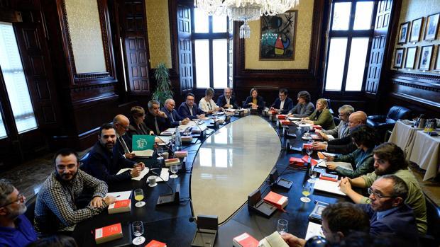 La presidenta del Parlamento catalán, Carme Forcadell (centro), reunida con portavoces de los grupos políticos