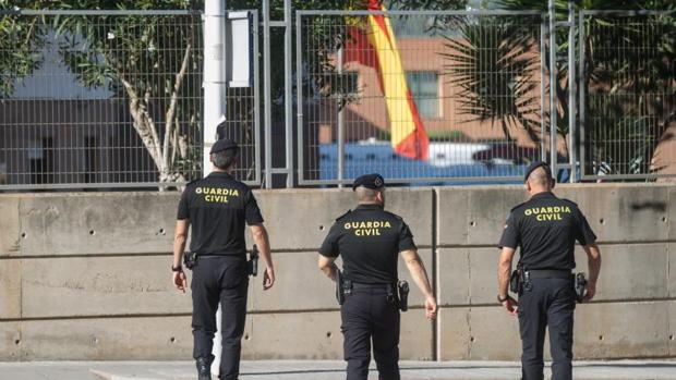 Agentes de la Guardia Civil cerca de un cuartel