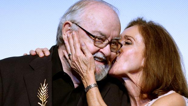 José Luis García Sánchez recibe un beso de Ana Belén durante el homenaje de Seminci