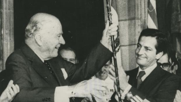 Histórico momento en el que Adolfo Suárez, presidente del Gobierno, entrega el bastón de mando al presidente de la Generalitad de Cataluña, Josep Tarradellas