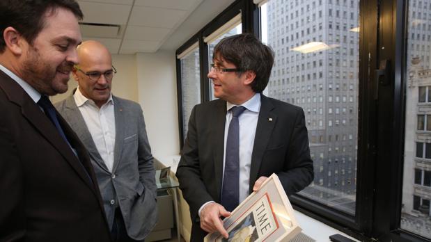 El «embajador» Davis, junto a Romeva y Puigdemont en la delegación de la Generalitat en Nueva York