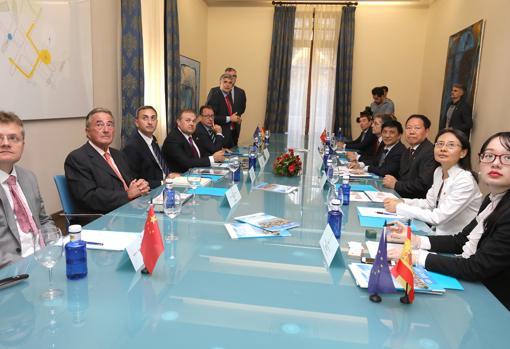 Un momento de la reunión con representantes alicantinos y del país asiático