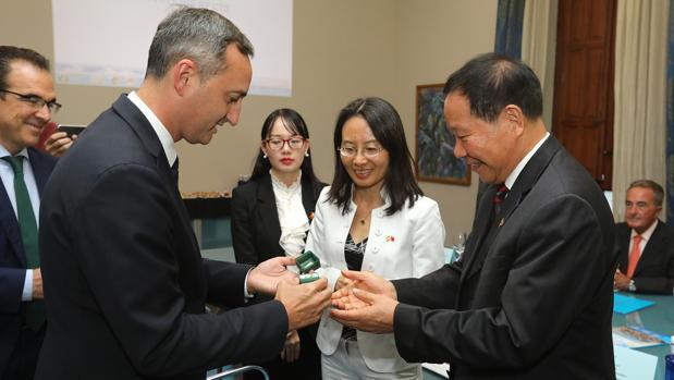 El presidente de la Diputación saluda a la delegación china