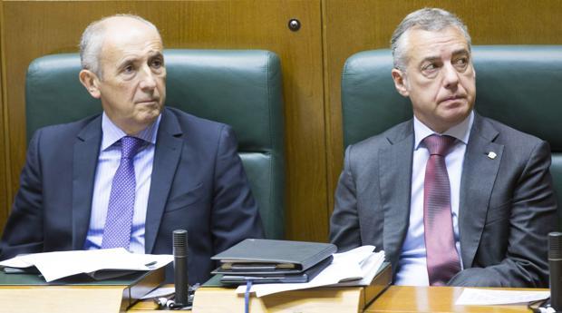 El portavoz del Gobierno vasco Josu Erkoreka; junto al lendakari, Íñigo Urkullu
