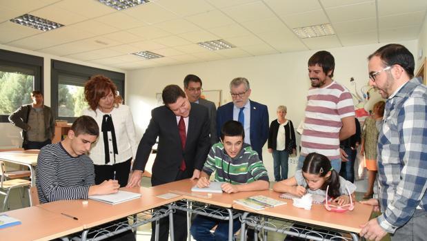 Page, junto al consejero Ángel Felpeto y de la alcaldesa de Esquivias, Milagros Del Barrio, en una de las aulas
